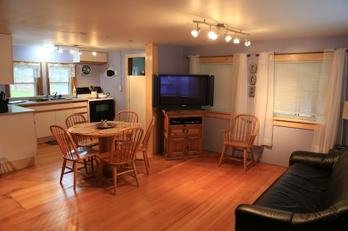 Great Location! Walk to Beach/pier in 5 Minutes-cottage Sleeps 6; 12 W/back uni