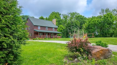 Great Family Lodge With 5 Bedrooms, Outdoor Playset, Fire Ring and hot Tub! Close to Old Man's Cave!