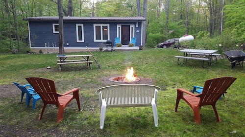 Comfy Cottage Secluded Setting Fire pit Family Friendly 10 Minutes From Lakes