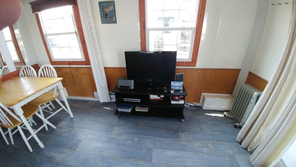 Living Room, Fun Houseboat. Walk to Boston Attractions Wifi