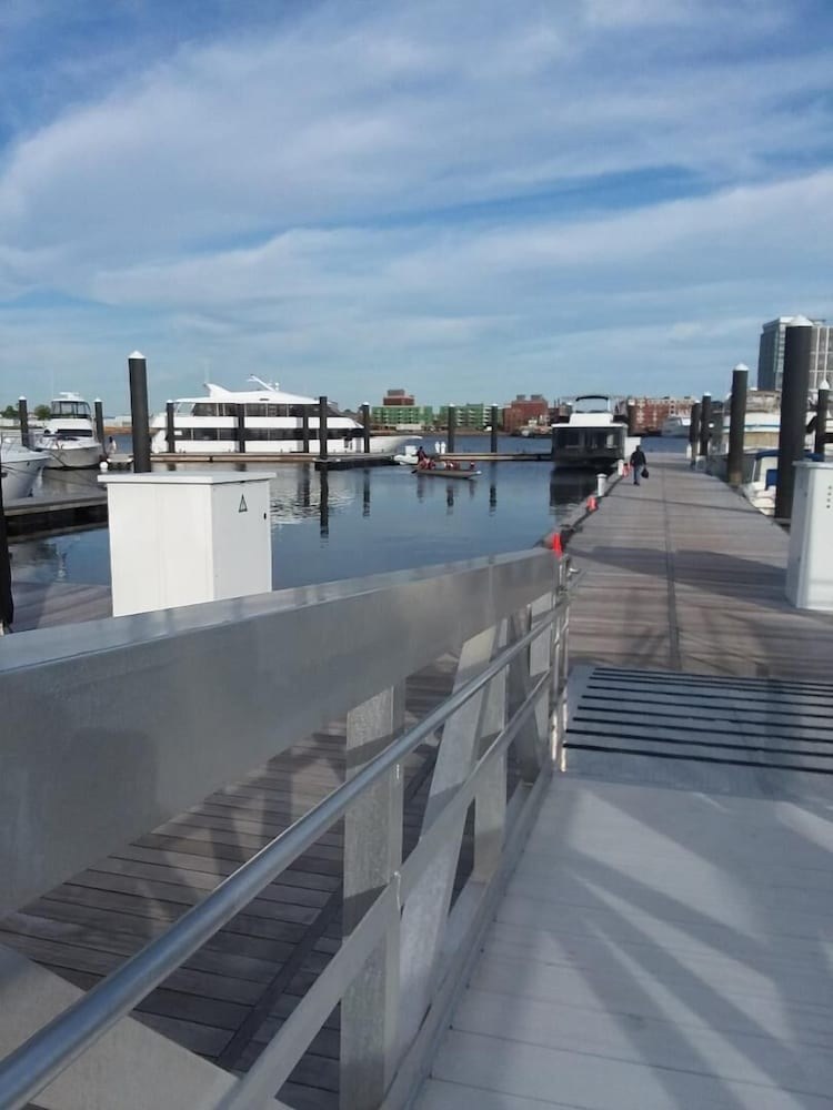 , Fun Houseboat. Walk to Boston Attractions Wifi