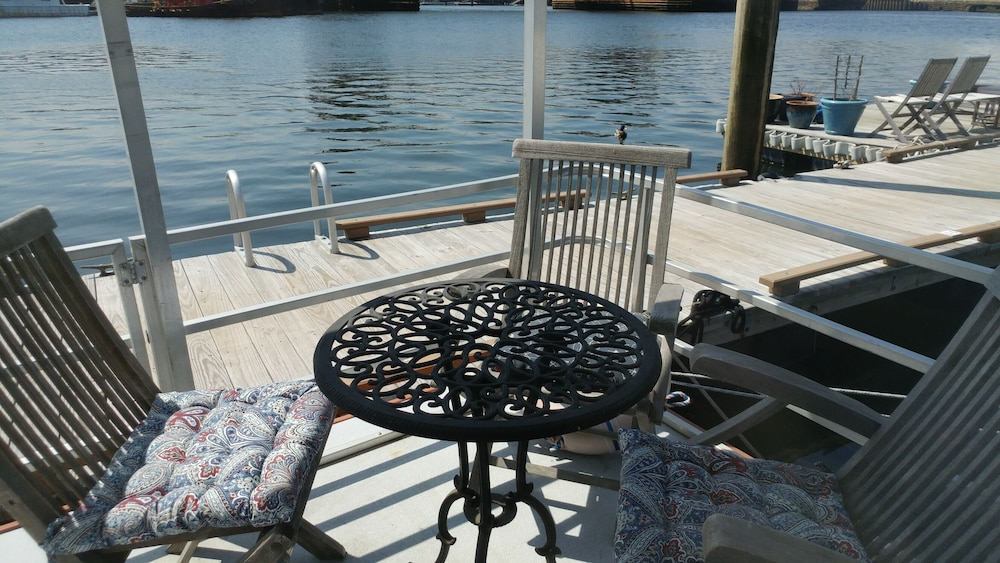 Terrace/Patio, Fun Houseboat. Walk to Boston Attractions Wifi