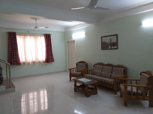 Spacious Beautifuly Furnished 3 Bedroom, Hall & Kitchen Apartment