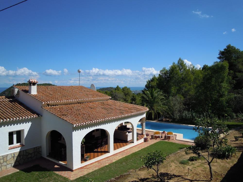 Renovated Villa, Modern Interior, Open Plan Design With Pool ...