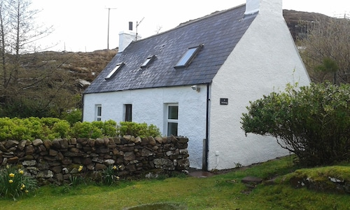 Cosy, Remote Crofter's Cottage on Shore of Loch Torridon, Idyllic, Pet-friendly