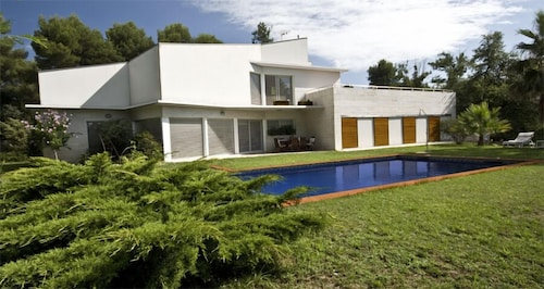 A Modern and Comfortable Villa in a Quiet and Well-connected Residential Area