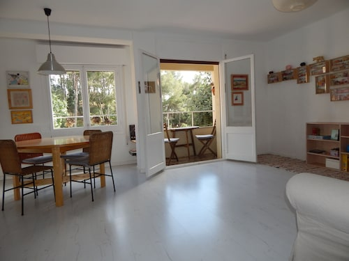 Sunny AND Quiet Apartment IN Park Güell. Free Wifi. 2 Bedrooms + Kitchen-salon. Easy Parking. Swimming-pool 200m