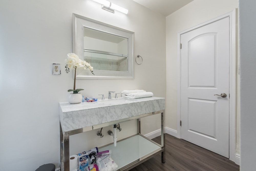 Bathroom, Luxurious Studio City Home