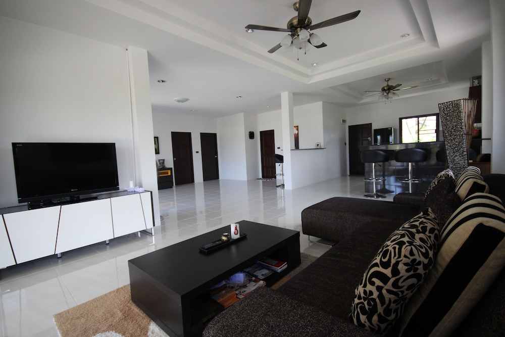 Living Room, Stylish AND Exclusive House IN Quiet Area