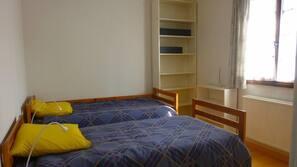3 dormitorios, tabla de planchar con plancha, cunas o camas infantiles