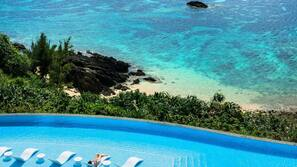 실내 수영장, 시즌별로 운영되는 야외 수영장, 카바나(요금 별도), 수영장 파라솔