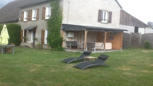 Sunny Quiet Rural Gite, Sleeps 6 to 8, in the Park of the Volcanoes of Auvergne