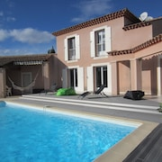 Beautiful Villa With Swimming Pool Near the City Center and in the Peace of the Garrigue