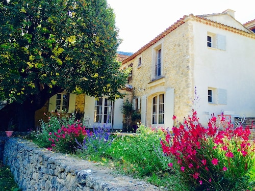 Pretty country house at the foot of the Luberon in Castellet.