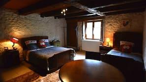 7 Schlafzimmer, Schreibtisch, Bügeleisen/Bügelbrett, Babybetten