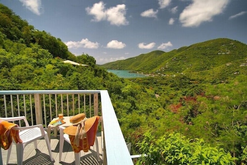 Just Enough, Hand-crafted Cottage With Views of Coral Bay