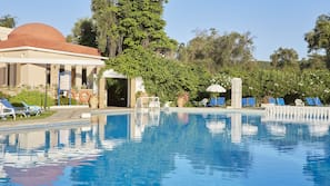 3 outdoor pools, open 10:00 AM to 7:00 PM, pool umbrellas, pool loungers