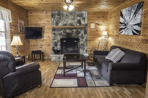 Cabins Close to NR Gorge With hot tub & Fireplace, Jan & Feb Rent 2, get 1 Free