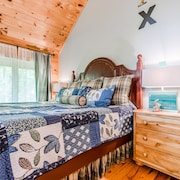Cozy Cabin Decor, King Size Bed, Hot Tub, Vaulted Ceiling, Gas Fireplace