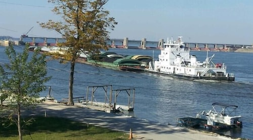 Spacious Riverfront Perch/easy Access to St.charles Less Than 1 Hr to St. Louis