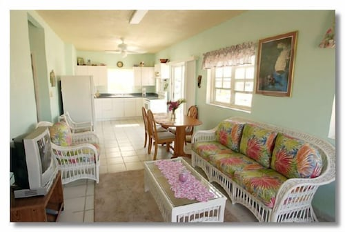 Seven Mile Beach Very Close Plus Lots Of Privacy! Your own 'home Away From Home'