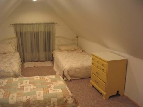 Room, 2 Blocks From Nauvoo Temple and Shopping- Walking Distance From Historic Sites