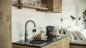 Kjøleskap, espressomaskin og vannkoker
