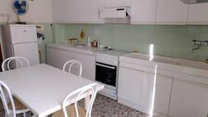 Fridge, oven, stovetop, cookware/dishes/utensils