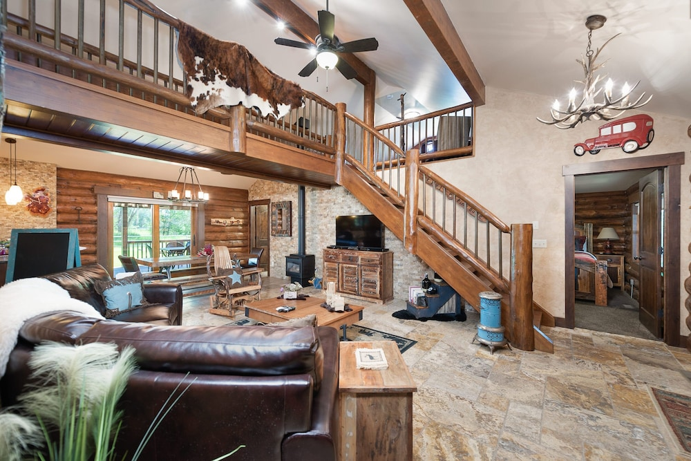 Living Room, Special Rates Pet Friendly Log Cabin, Sleeps 8, Hot Tub, Fishing & Skiing Galore