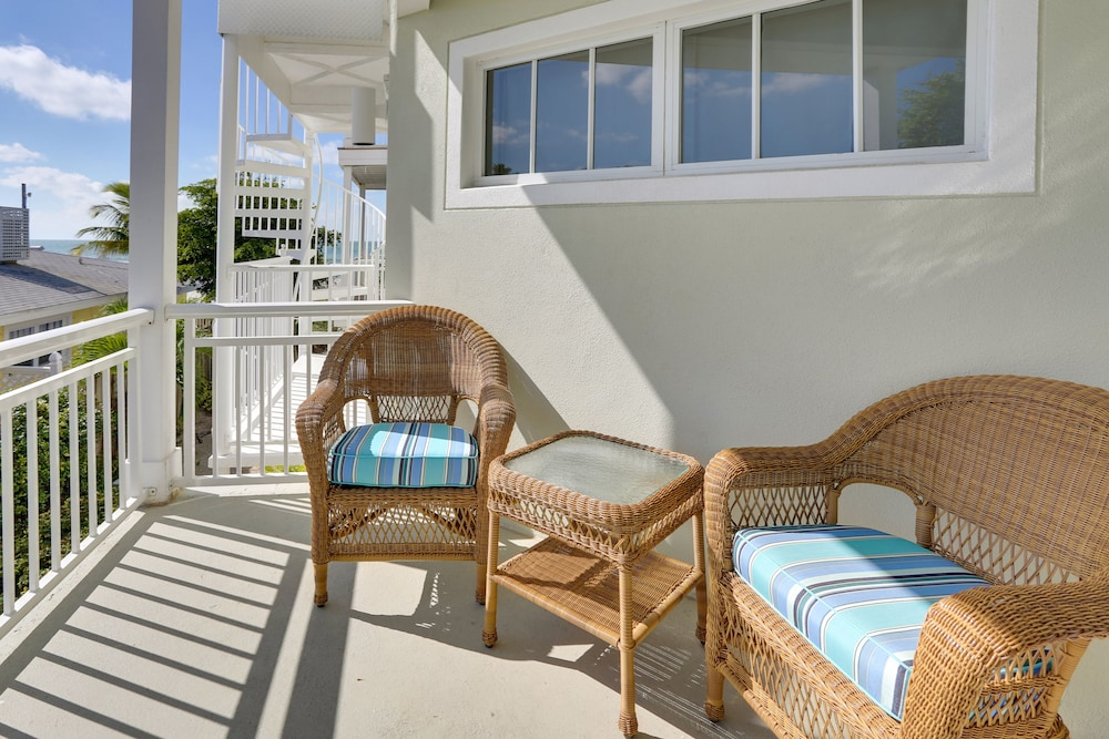 Balcony, Mainsail Beach Inn 2 Bedroom