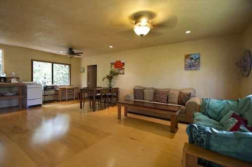 Nessie's Place: Clean and Comfortable Paia Home