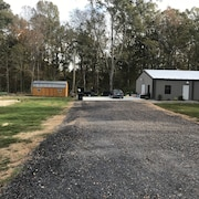BBQ Barn With Private Drive and Spacious Parking