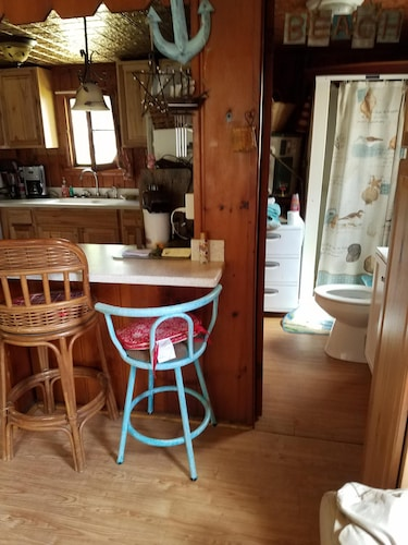 Exit 222 Sweet Cottage Getaway Close to Lake and Trails and Hunting