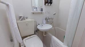 Combined shower/tub, deep soaking tub, free toiletries, hair dryer