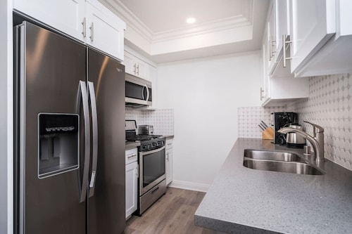 Luxury Modern 3 Bedroom Silverlake Townhome C