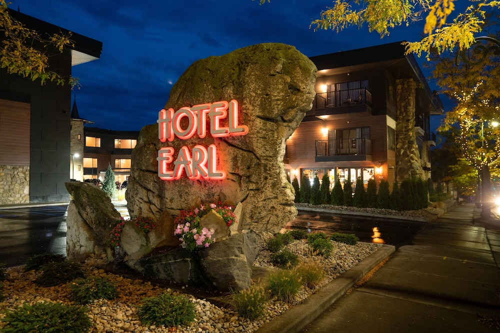 Front of Property - Evening/Night, Hotel Earl of Charlevoix