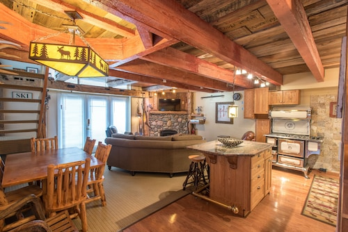 Ski-in/walk-out Condo That Sleeps 8, Outdoor hot Tub, Free Wifi, & Parking