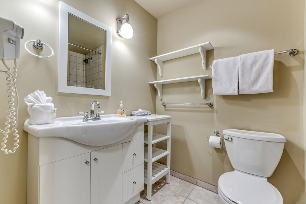 Bathroom, Acer Vacations | Clean Ski-In Out | 2 Bedroom 2 Bath |  Sleeps 8 | Family Friendly | Greystone Lodge