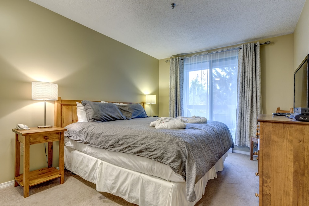 Room, Acer Vacations | Clean Ski-In Out | 2 Bedroom 2 Bath |  Sleeps 8 | Family Friendly | Greystone Lodge