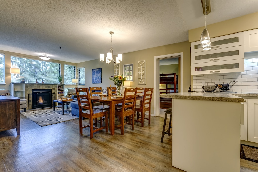 Living Room, Acer Vacations | Clean Ski-In Out | 2 Bedroom 2 Bath |  Sleeps 8 | Family Friendly | Greystone Lodge