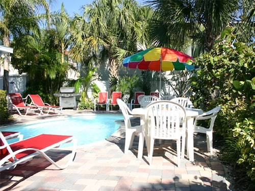 Perfect Location, Walk to Beach, Pier 60, Frenchy's & Palm Pavilion, Island Fun!
