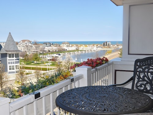 Condo Offers the Best of the City and Shoreline Close to Everything!