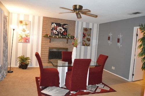Come Enjoy a Nice Relaxing 3 Bedroom Home, 10 Minutes From the Strip~