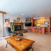 Ski-in/out Condo, Huge Living Room, Best Views. Complimentary Wifi, & Parking