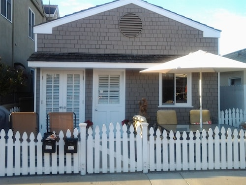 Charming Beach Cottage ALL Upgraded. Great Linens AND Beds