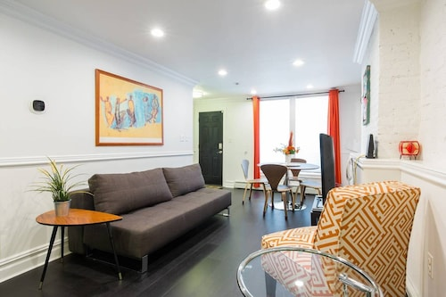 Luxury Apartment, Near Subway, Perfect for Work or Play!