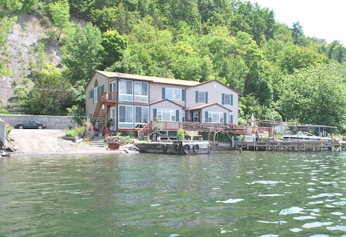 Beautiful Lakeside Home With Panaramic Lake Views and Level Lakefront