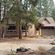 Lovely, Light, Bright Home in the Woods! Sharc Passes Included! Hot Tub!