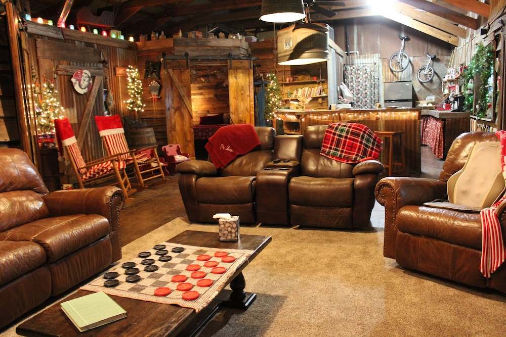 Living Room, The Christmas Cabin at Christmas Tree Lane