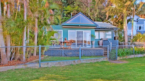 Swan Bay Hideaway Cottage at Marks Point
